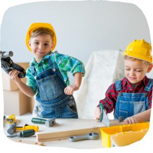 2 Jungs spielen mit Werkzeug für Kinder