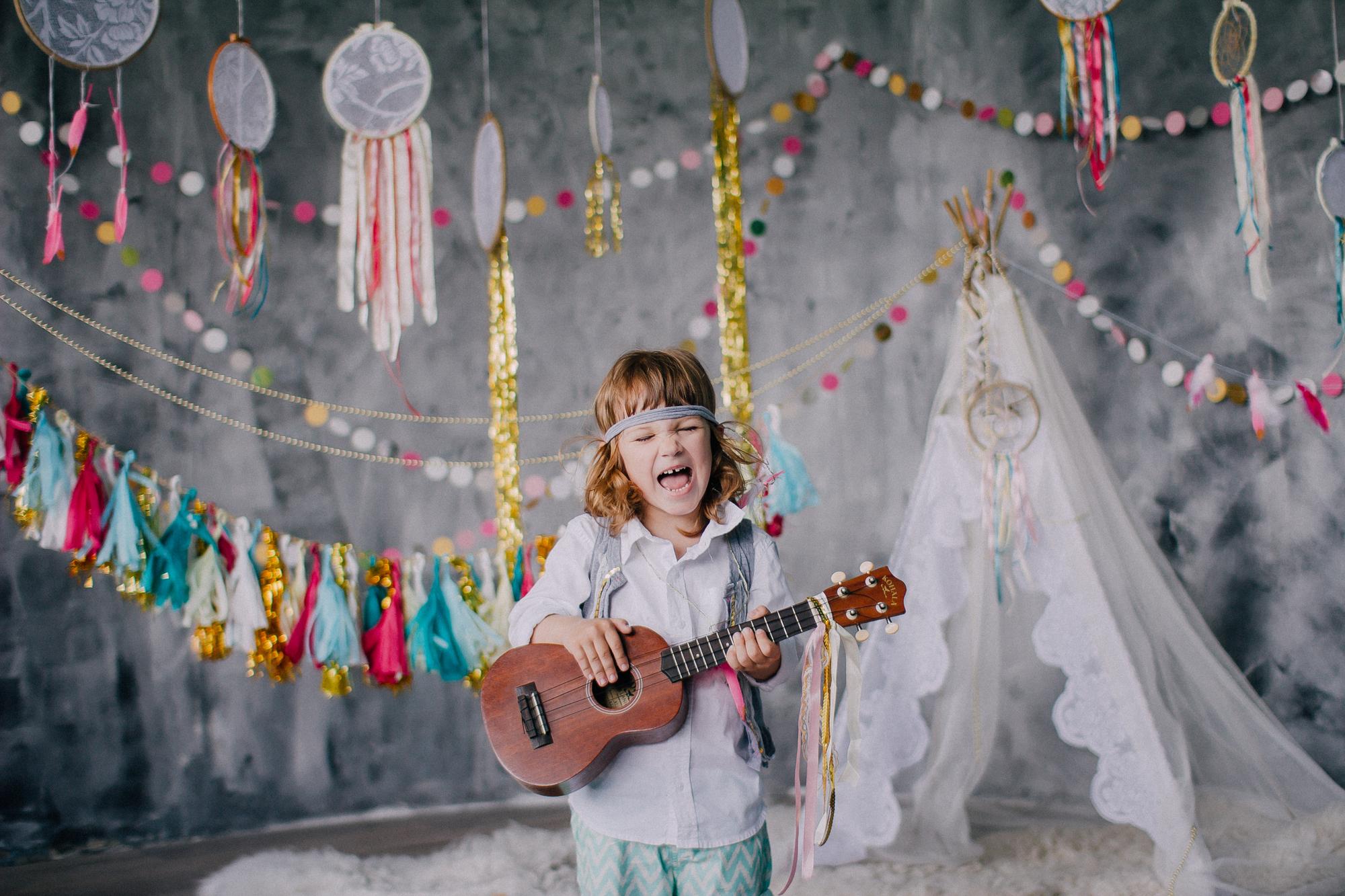 Mädchen spielt Ukulele