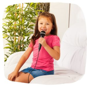 Mädchen-singt-mit-Mikrofon