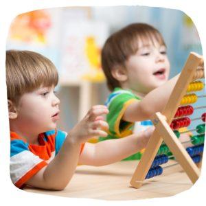 Zwei kleine Jungs lernen zählen