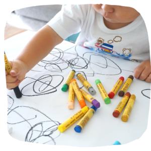 Klein Kind malt mit Buntstiften