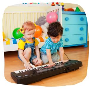 Zwei Kleinkinder spielen mit einem Keyboard