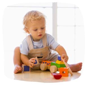 Kleinkind spielt mit Bauklötzen