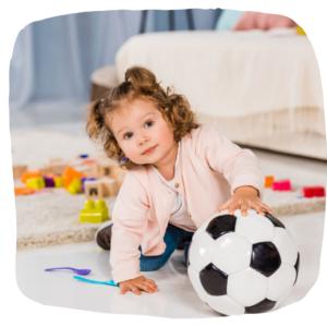 Kleines Mädchen spielt mit einem Ball