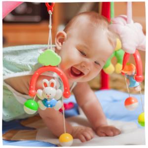 Baby spielt auf einer Decke