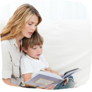 Mutter liest Kind etwas vor