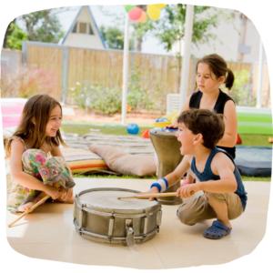 Kinder spielen mit einer Trommel