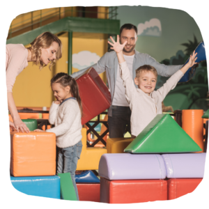 Eltern spielen mit ihren 2 Kindern
