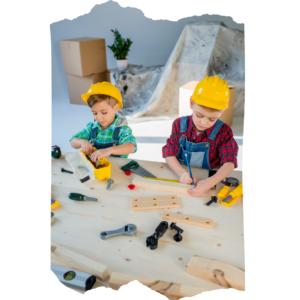 Zwei Jungs konzentrieren sich beim Spielen mit Werkzeug