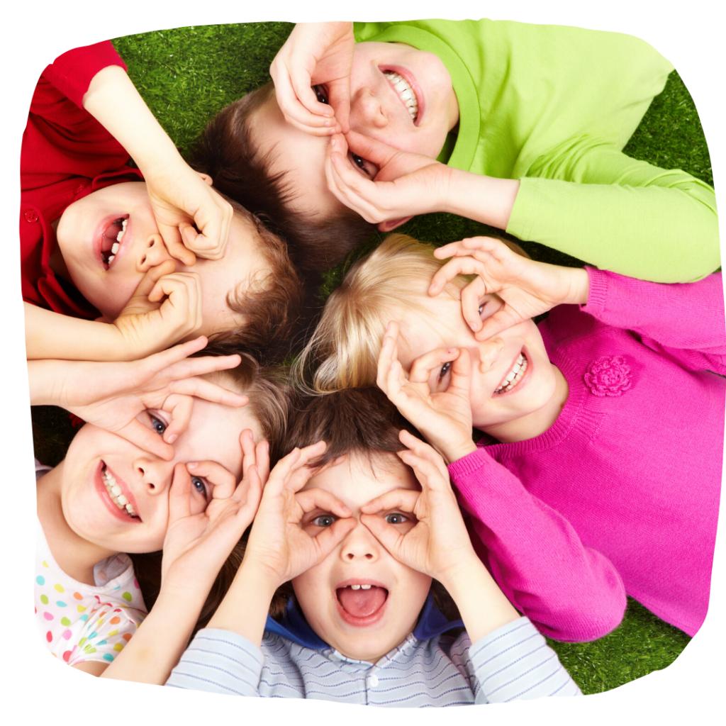 5 Kinder liegen im Kreis