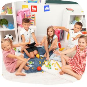 Gruppe von Kindern spielt auf dem Boden
