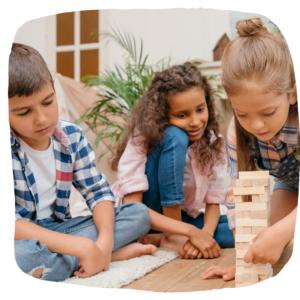 Kinder bauen einen Turm aus Holzklötzen