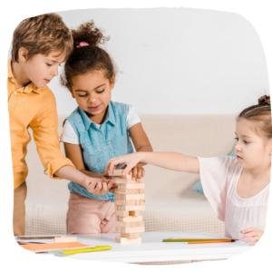 3 Kinder bauen ein Turm aus Klötzen