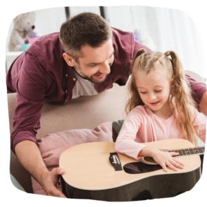 Vater schenkt Tochter Gitarre