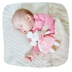 Baby-schläft-mit-Kuscheltier