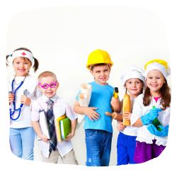 Kinder haben unterschiedliche Kostüme an