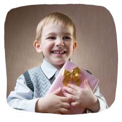 Ein Junge hält ein Geschenk in den Händen
