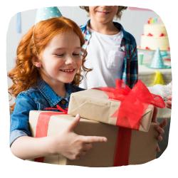 Ein Mädchen bekommt Geschenke