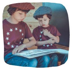 Zwei Jungs lesen ein Buch