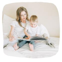 Mutter und ihr Kind lesen ein Buch