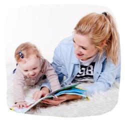 Mama und Kind lesen ein Buch
