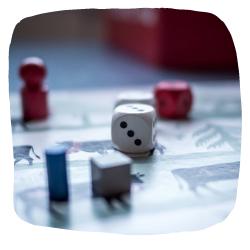 Brettspiel mit Würfel und Spielfiguren