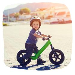 Junge auf einem Laufrad