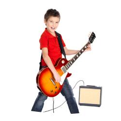 Ein Junge spielt eine E-Gitarre