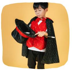 Ein Kind das als Zauberer verkleidet ist.