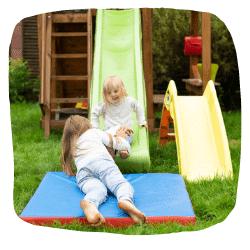 Zwei Mädchen spielen auf einer Rutsche