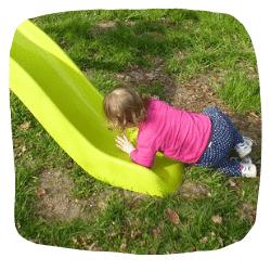 Ein Mädchen ist auf einer Rutsche