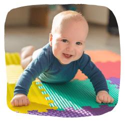 Ein Baby liegt auf einer