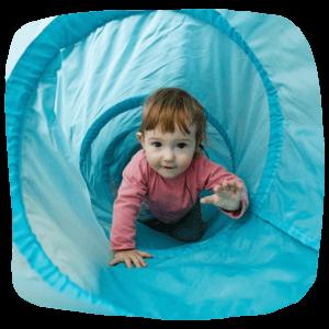 Kleinkind im Tunnel
