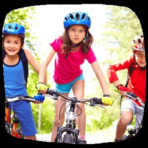 Kinder fahren auf Fahrrädern