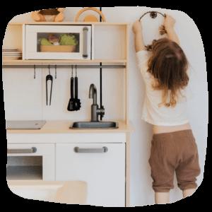 Mädchen in der Kinderküche