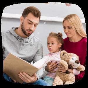 Eltern lesen dem Kind etwas vor