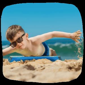 Junge schwimmt mit einem Bodyboard