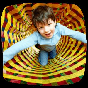 Junge im Spieltunnel