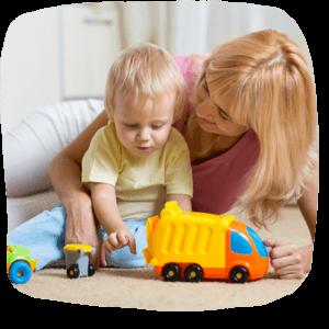 Kleinkind spielt mit einem Müllauto