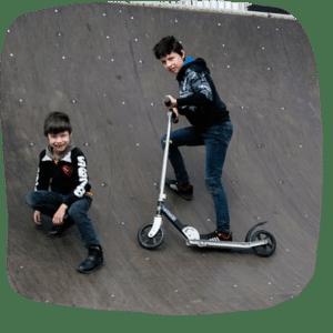 Kinder mit einem Roller