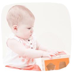 Ein Baby spielt mit einem Activitywürfel