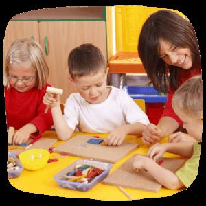 Kinder spielen und basteln