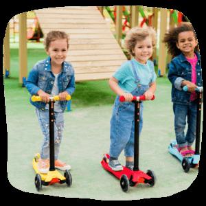 Kindergruppe fahren Roller