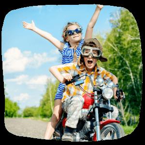 Kinder auf einem Motorrad