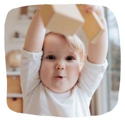 Ein Kleinkind spielt mit Bauklötzen