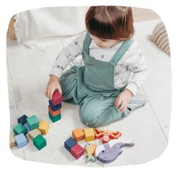 Ein Junge spielt mit Bausteinen