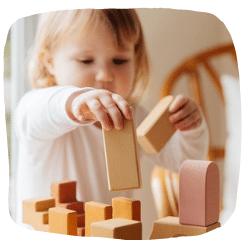 Ein Mädchen spielt mit Bauklötzen