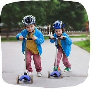 Kinder fahren Roller