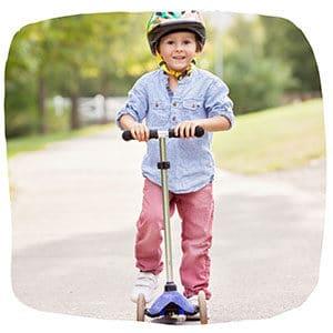 Junge auf einem Roller
