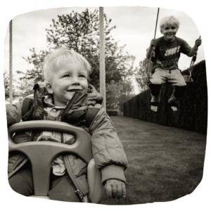 Zwei Jungen schaukeln
